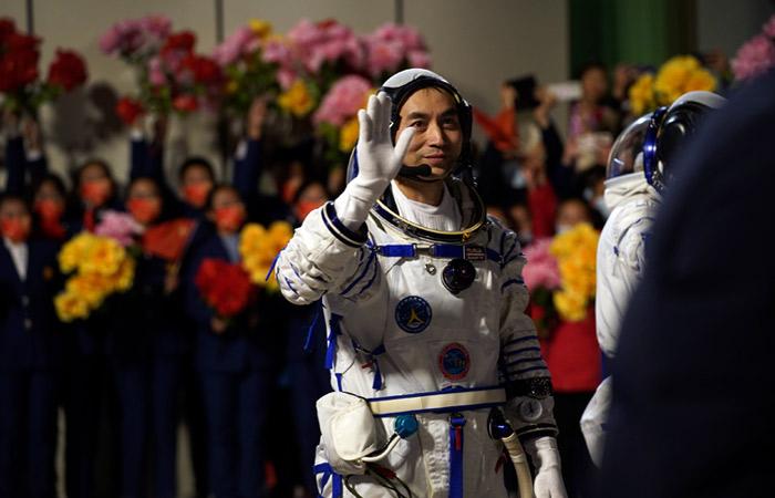 """Китайский корабль """"Шэньчжоу-13"""" стартовал к национальной космической станции"""