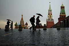 В Москве перекрыли Красную площадь после обрушения лесов и зубца стены