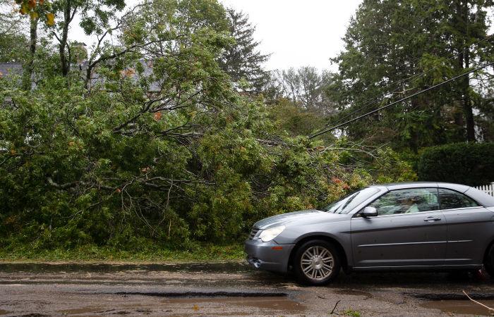 Штормовой ветер оставил без электричества сотни тысяч домов на востоке США